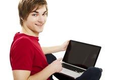 Hombre que trabaja con un ordenador portátil Imagen de archivo libre de regalías