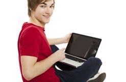 Hombre que trabaja con un ordenador portátil Imágenes de archivo libres de regalías