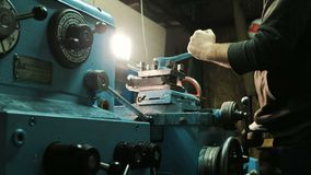 Hombre que trabaja con un torno del metal almacen de video