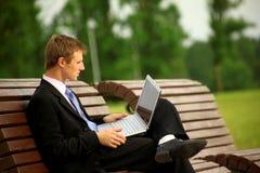Hombre que trabaja con una computadora portátil Fotografía de archivo