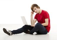 Hombre que trabaja con una computadora portátil Fotografía de archivo libre de regalías