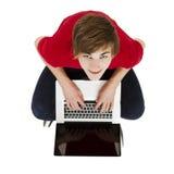 Hombre que trabaja con una computadora portátil Foto de archivo