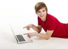 Hombre que trabaja con una computadora portátil Fotos de archivo