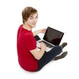 Hombre que trabaja con una computadora portátil Imagen de archivo libre de regalías