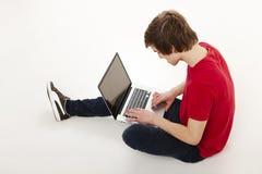 Hombre que trabaja con una computadora portátil Imágenes de archivo libres de regalías