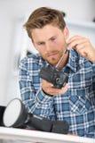 Hombre que trabaja en cámara fotos de archivo libres de regalías