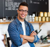 Hombre que trabaja en cafetería Imagen de archivo libre de regalías