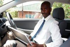 Hombre que trabaja en coche Fotografía de archivo
