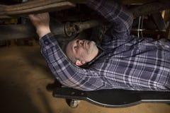 Hombre que trabaja en el coche Fotografía de archivo libre de regalías