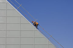 Hombre que trabaja en el emplazamiento de la obra imagen de archivo libre de regalías