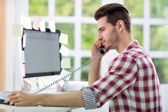 Hombre que trabaja en el ordenador Imagen de archivo