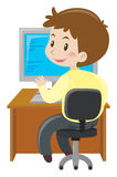 Hombre que trabaja en el ordenador en el escritorio libre illustration