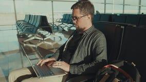 Hombre que trabaja en el ordenador portátil interior almacen de video