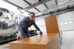 Hombre que trabaja en fábrica de los muebles Imagen de archivo libre de regalías