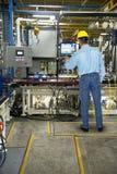 Hombre que trabaja en fábrica industrial de la fabricación fotografía de archivo