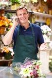 Hombre que trabaja en florista fotografía de archivo