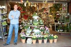 Hombre que trabaja en florista Imágenes de archivo libres de regalías