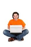 Hombre que trabaja en la computadora portátil Fotografía de archivo libre de regalías