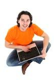 Hombre que trabaja en la computadora portátil Fotos de archivo