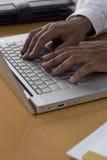 Hombre que trabaja en la computadora portátil Foto de archivo libre de regalías