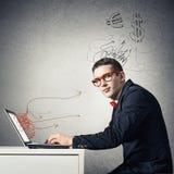 Hombre que trabaja en la computadora portátil Fotografía de archivo
