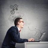 Hombre que trabaja en la computadora portátil Imagen de archivo libre de regalías