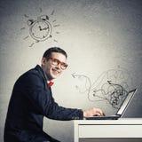 Hombre que trabaja en la computadora portátil Imagen de archivo