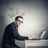 Hombre que trabaja en la computadora portátil Foto de archivo