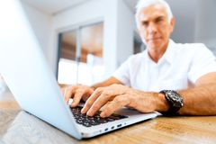 Hombre que trabaja en la computadora portátil en el país Fotografía de archivo
