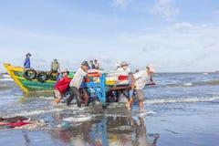 Hombre que trabaja en la playa Imagen de archivo libre de regalías