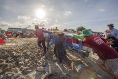 Hombre que trabaja en la playa Imágenes de archivo libres de regalías