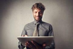 Hombre que trabaja en la tableta fotografía de archivo