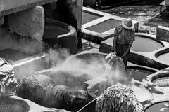 Hombre que trabaja en las curtidurías Fès Marruecos Foto de archivo