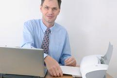 Hombre que trabaja en oficina foto de archivo libre de regalías