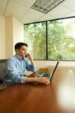 Hombre que trabaja en oficina imagen de archivo