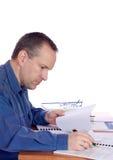 Hombre en su escritorio Foto de archivo libre de regalías