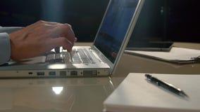 Hombre que trabaja en su ordenador portátil Tiro del primer almacen de video