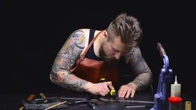 Hombre que trabaja en su tienda del sastre, adaptación del sastre almacen de video