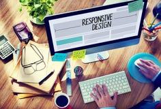 Hombre que trabaja en un diseño web responsivo Imagen de archivo