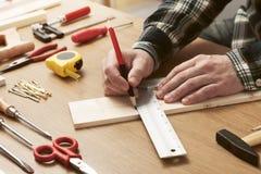 Hombre que trabaja en un proyecto de DIY imagen de archivo libre de regalías