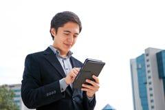 Hombre que trabaja en una computadora de la tableta de la pantalla táctil Fotografía de archivo libre de regalías
