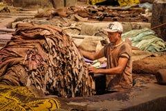Hombre que trabaja en una curtiduría marrakesh marruecos Imagen de archivo
