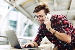 Hombre que trabaja llamando concepto del móvil del ordenador portátil fotos de archivo