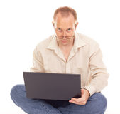 Hombre que trabaja sobre el Internet en el país Fotografía de archivo