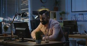 Hombre que trabaja tarde en la noche en una oficina
