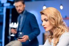 Hombre que trae el vino a la mujer fotos de archivo libres de regalías