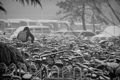 Hombre que trae la bici en nieve fotografía de archivo libre de regalías
