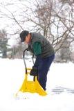 Hombre que traspala nieve Imagen de archivo libre de regalías