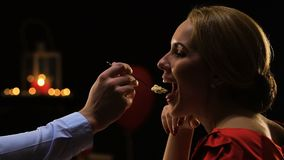 Hombre que trata a su novia con la torta, cena romántica en el santo día de San Valentín metrajes