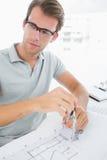 Hombre que usa el compás en diseño Foto de archivo libre de regalías